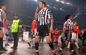 Juventus's Zinedine Zidane blows a kiss to the fans as the players take to the pitch