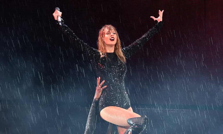 Taylor Swift performing in Sydney, 2 November 2018.