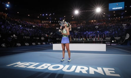 Sofia Kenin berpose dengan trofi Australia Terbuka usai memenangi ajang tunggal putri pada Januari 2020.