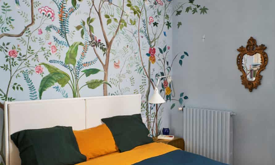 Fauna and flora wallpaper in the bedroom.