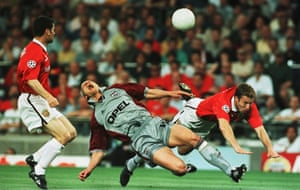 JANCKER FOULED BY JOHNSEN. BAYERN MUNICH V MANCHESTER UNITED. EUROPEAN CUP FINAL, BARCELONA. 26/5/99.