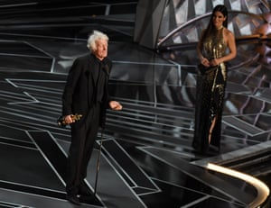 Roger Deakins won the Oscar for Cinematography for his work on Blade Runner 2049, presented by Sandra Bullock
