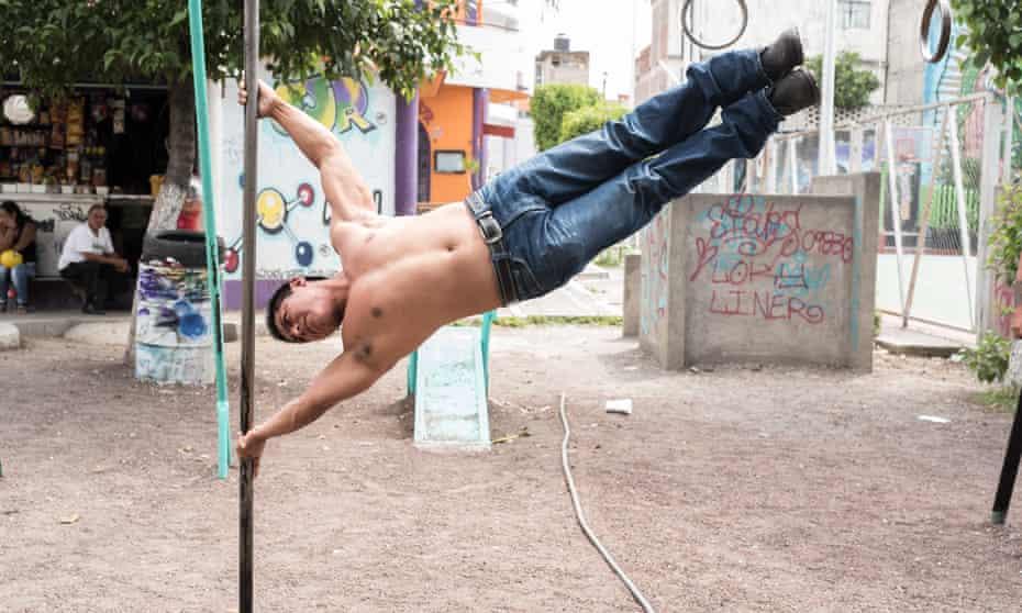 Juan Carlos Martínez, conocido como 'El Vampiro' entrena a jóvenes pandilleros en un deporte que ha desarollado en prisiones, conocido como 'la barra'