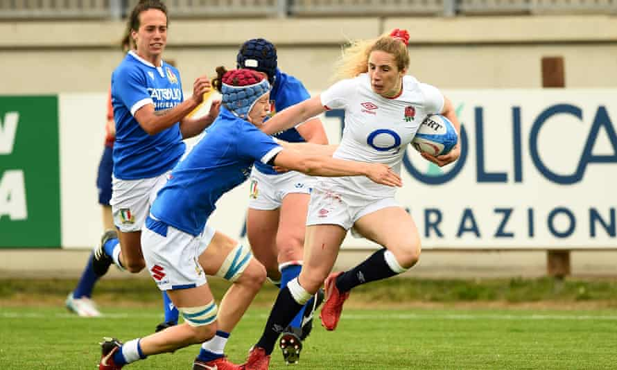 England's Abby Dow shrugs off an Italy defender