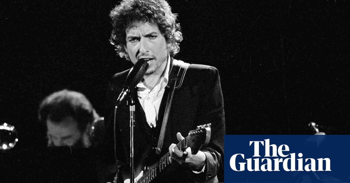 'Semi-literate': writers in bitter row over Bob Dylan books
