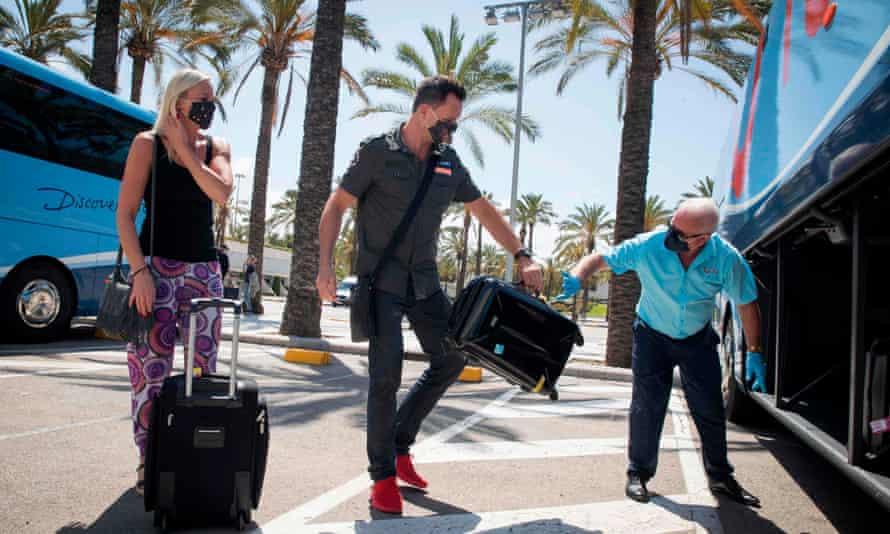 Turistas que viajan con Tui en Mallorca en junio.  Tui ha cancelado las vacaciones para España hasta el 9 de agosto para sus clientes británicos.