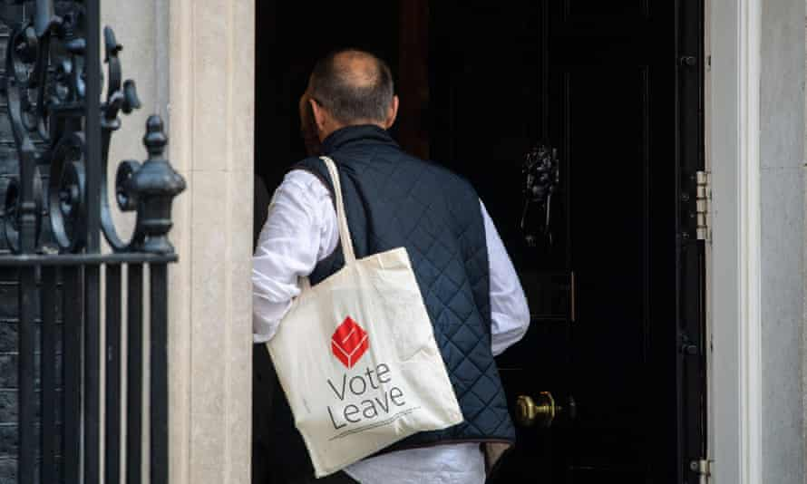 Dominic Cummings enters 10 Downing Street carrying a Vote Leave bag