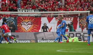 Mainz's Jean-Paul Boetius (left) slots the ball home to make it 3-2.