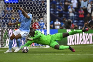 raheem sterling (l) of manchester city is foiled by chelsea's goalkeeper edouard mendy.