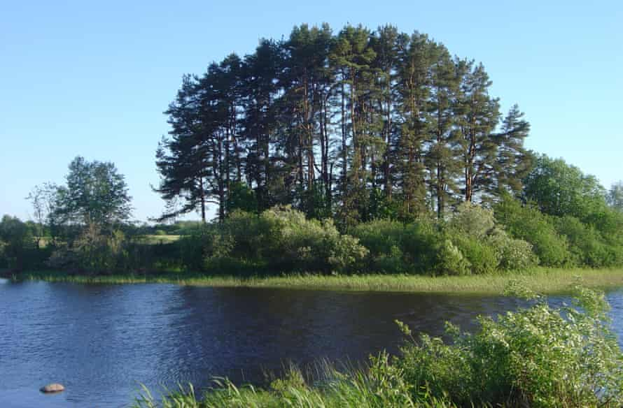 Site of Rinnukalns, a Stone Age shell moored on the banks of the Salaca River near the outflow of Lake Burtniek.