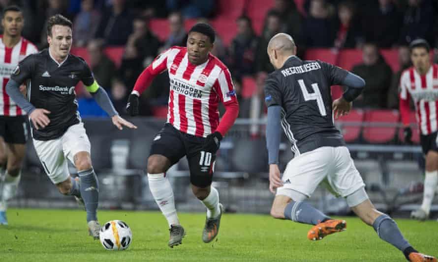 Steven Bergwijn (centre) in action for PSV Eindhoven.