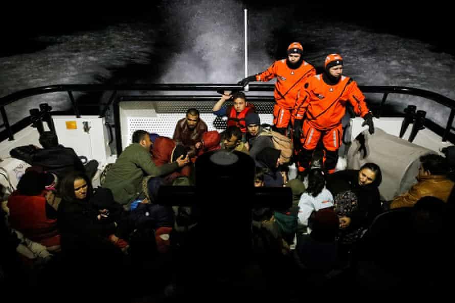 Οι μετανάστες επιβιβάζονται σε σκάφος Τουρκικής Ακτοφυλακής