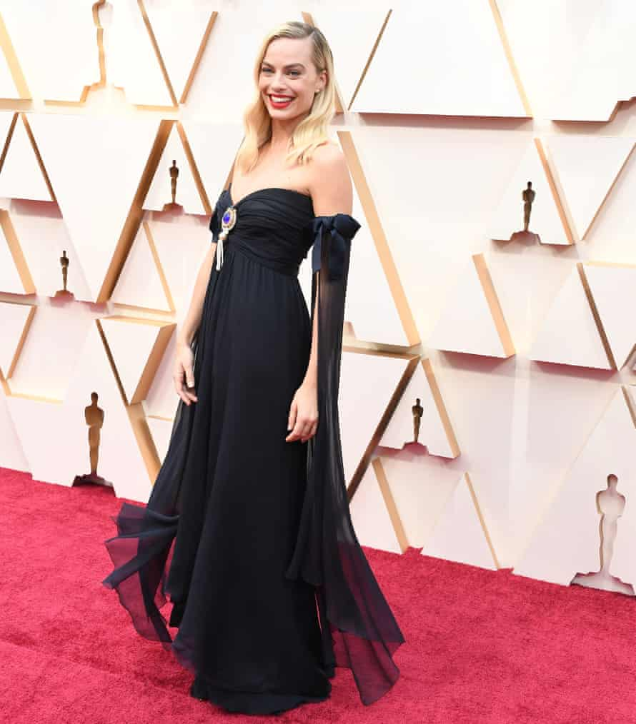 Margot Robbie in 90s Chanel at the 2020 Oscars.
