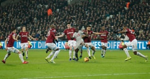 Sadio Mané gets crowded out by a mass of West Ham players.