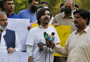Pakistani journalist Asad Ali Toor (centre), who was beaten and injured by three men in his home, at a demonstration to condemn attacks on journalists, in Islamabad, Pakistan.