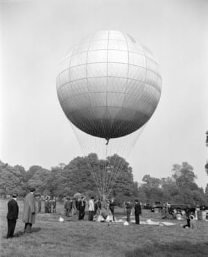 The crew prepare the balloon for the celebrated sequence involving the murder of Lady Agatha d'Ascoyne.