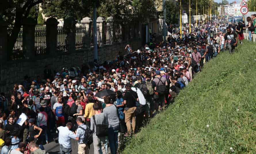 Hundreds of migrants strat the long walk to Austria