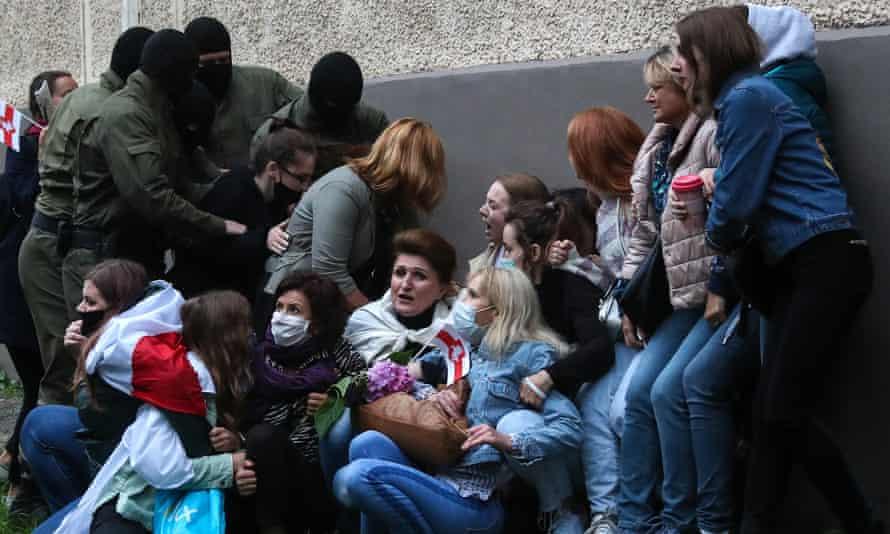 Police in Minsk seize supporters of Maria Kolesnikova.