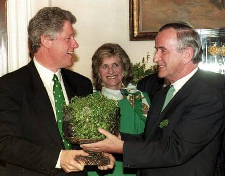 Jean Kennedy Smith, au centre, lors d'une réunion à la Maison Blanche le jour de la Saint Patrick en 1993 entre le Premier ministre irlandais Albert Reynolds, à droite, et le président des États-Unis, Bill Clinton.