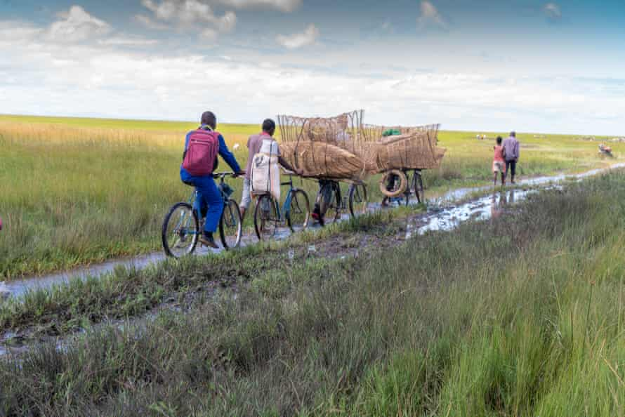 Traders and customers make their way to the market in Lake Chilwa during the rainy season, March 2021.