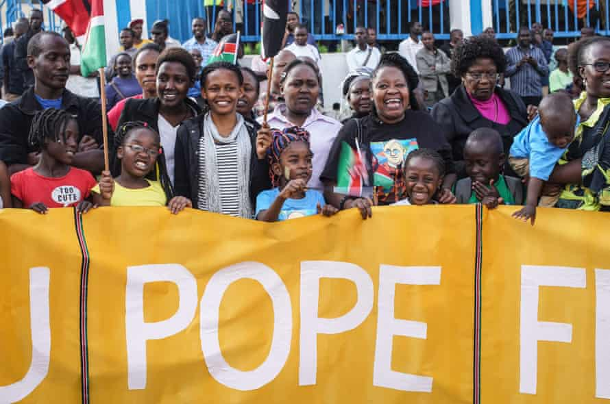 Well-wishers in Nairobi welcome the pope's convoy.