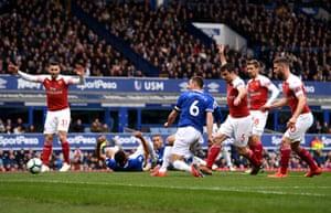 Jagielka scores the opener for Everton.