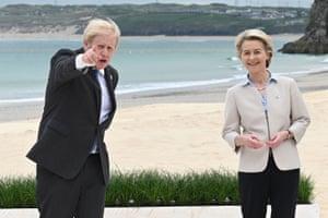 Johnson gesture alongside Von der Leyen