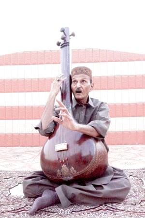 Pakistani singer Ustad Saami with a tanpura.