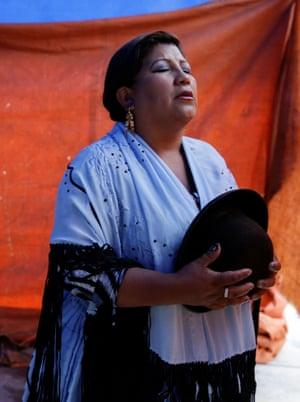 Silvana prays before their fight.