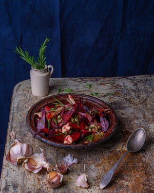 An old-fashioned preparation: beetroot and caper sauce.