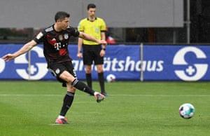 Lewandowski scores for the spot to equal Der Bomber's goalscoring record.