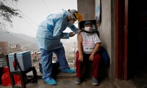 A nurse from the Cerro El Agustino medical post gives a resident flu and pneumonia vaccines, in Lima. Without having yet defeated Covid-19, Peru entered the winter, the favorite season of the flu and pneumonia.