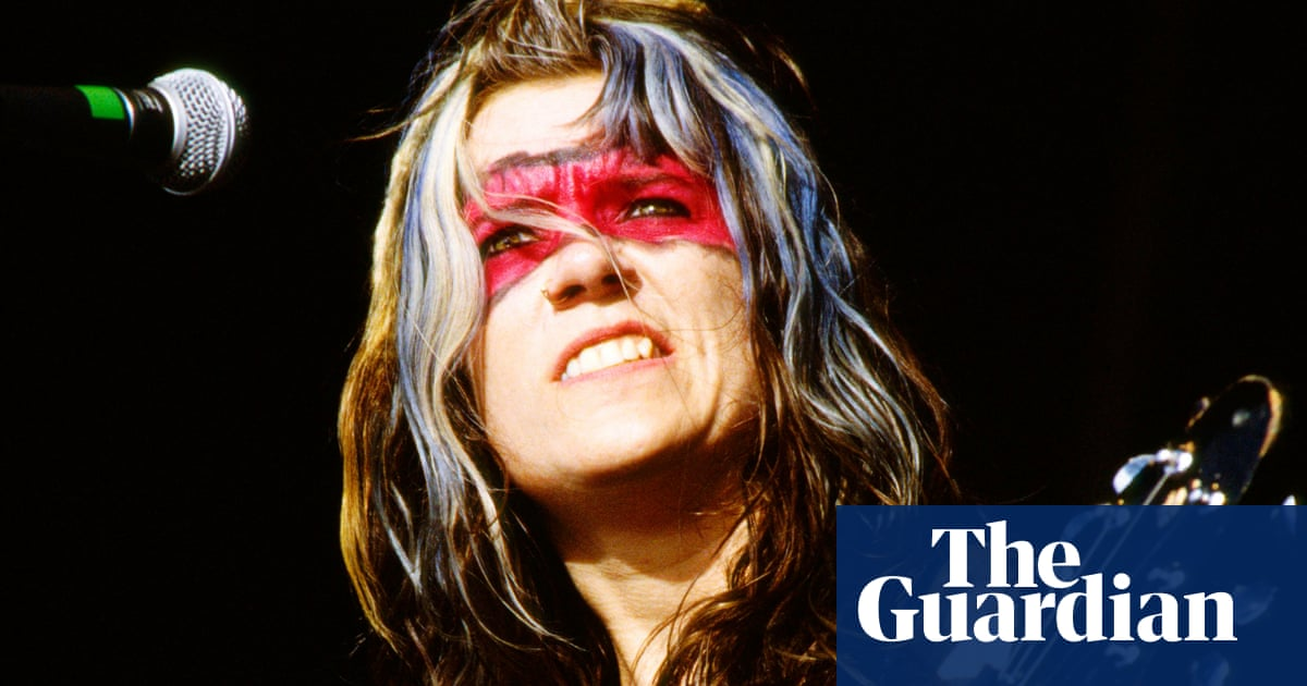 L7, Reading 1992: riffs, mud fights and a flying bloody tampon