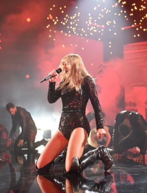 Taylor Swift performing at the 2018 American music awards.