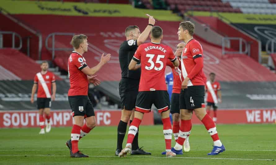 Referee Robert Jones gives a straight red to Jannik Vestergaard.