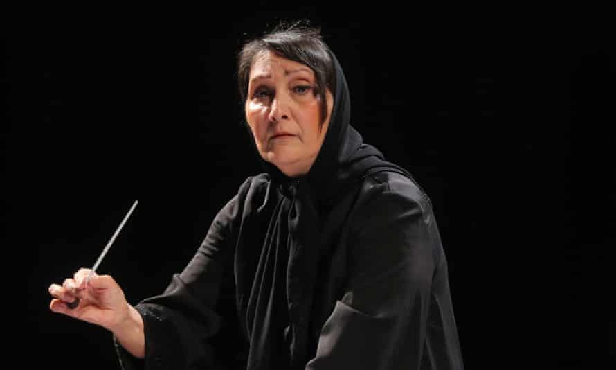 Nezhat Amiri performing in Tehran's Vahdat auditorium.