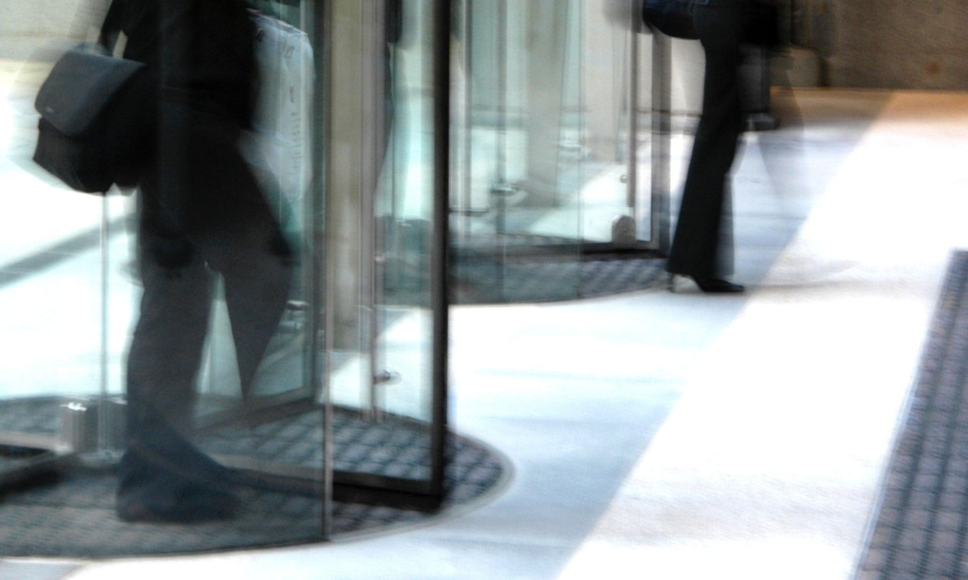 Puertas giratorias en un edificio de oficinas en Strand, Londres. Fotografía: Colin Walton / Alamy