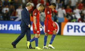 Roy Hodgson leaves the pitch with Jamie Vardy and Dele Alli.