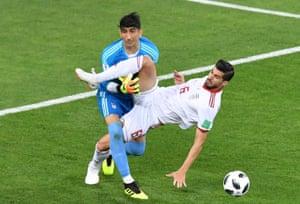 Saeid Ezatolahi collides with team-mate Ali Beiranvand.