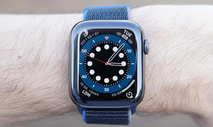 A close-u[ photograph of the Apple Watch Series 6. The new count up face resembles a dive watch with an old-fashioned bezel-based timer.