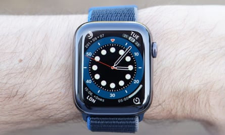 A detailed-u[ photograph of the Apple Watch Series 6. The new count up face resembles a dive watch with an old-fashioned bezel-based timer.