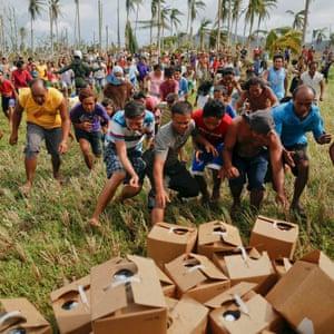 Survivors of Typhoon Haiyan rush to reach fresh water
