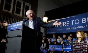 Sarandon listens to Bernie Sanders campaigning in Iowa, Jan 2016.