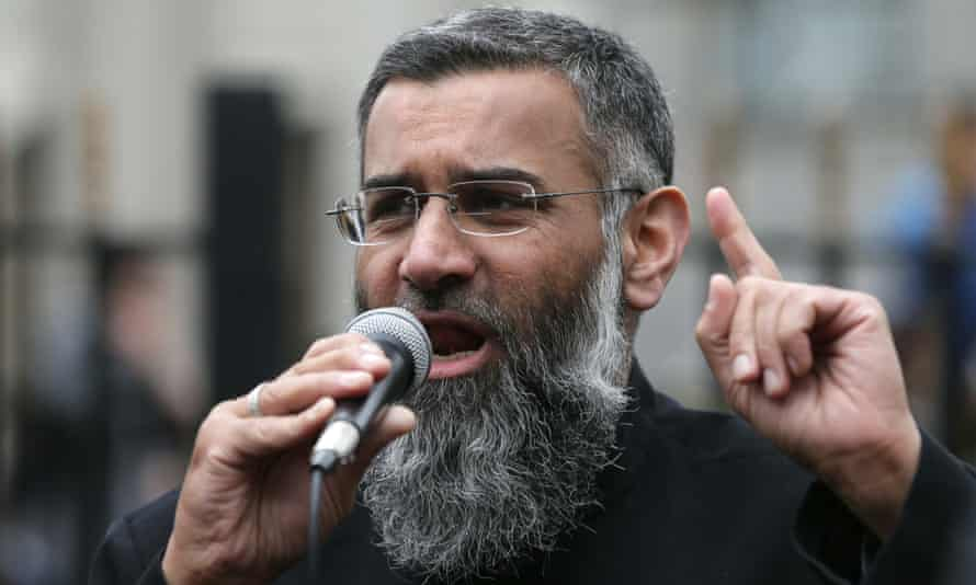 Anjem Choudary preaches in the street in 2015