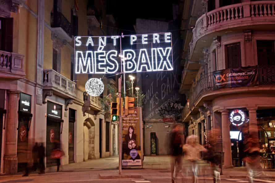 Sant Pere Més Baix, in Barcelona, at night.