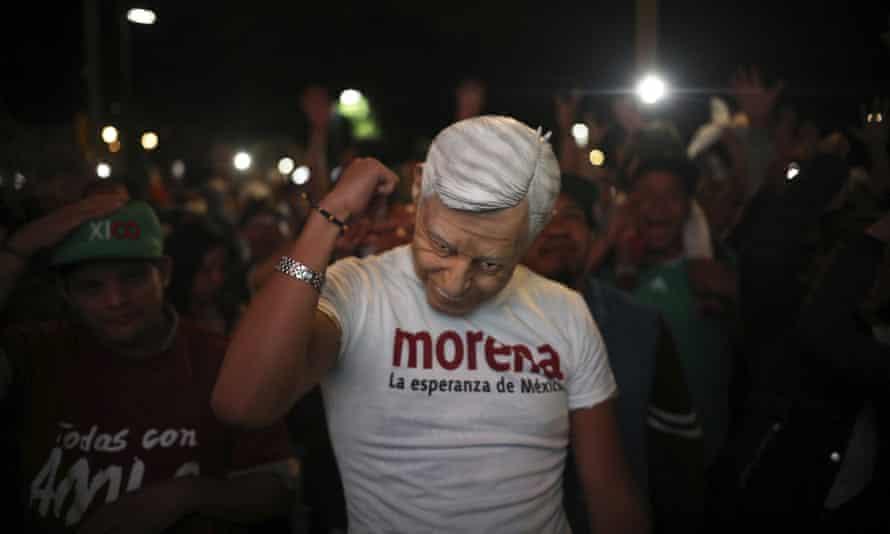 An Almo lookalike waits for López Obrador's arrival in Zócalo.