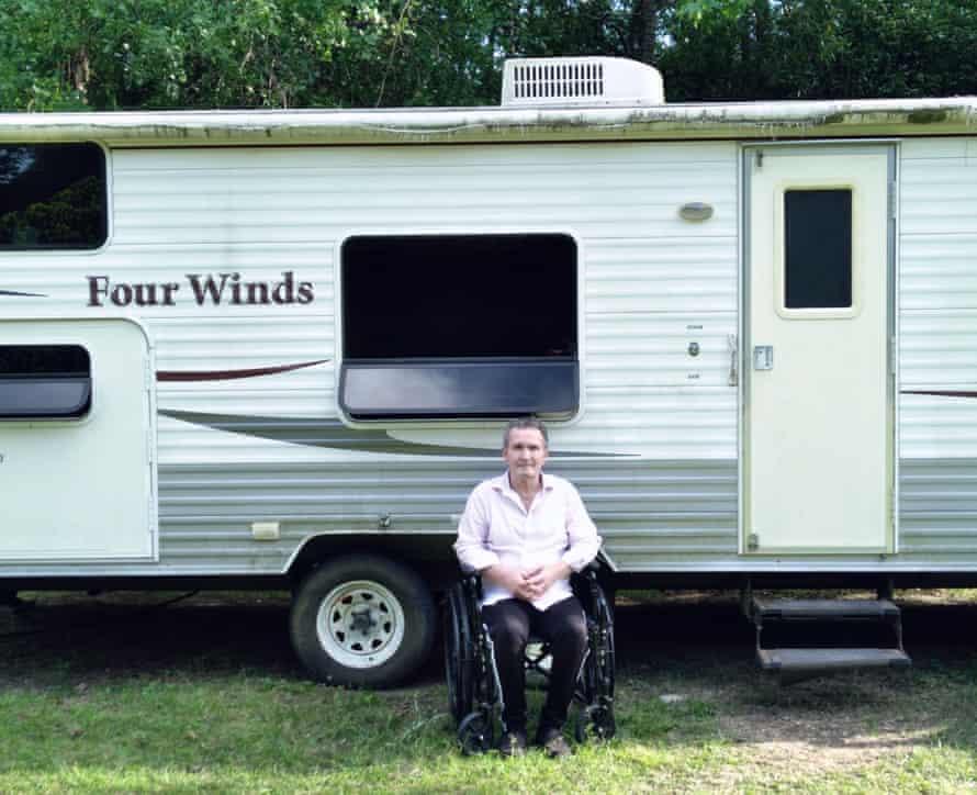 آندره ریونل ، كه به همراه همسرش مجبور به زندگی در یك كمپران در حیاط پشت مادر شوهرش در تگزاس شده اند ، می گوید: