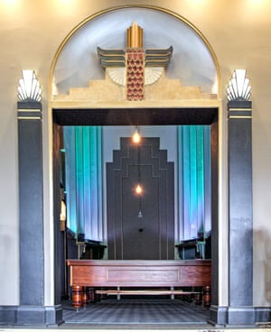 Kinselas funeral chapel, now Kinselas hotel snooker room (1932)Kinselas funeral chapel in Darlinghurst was designed by Bruce Dellit and displays an Egyptian motif over the entrance. The design was modern and radical for the time and its intact survival surprising. Even more surprising is its adaptive reuse as a snooker room within Kinselas hotel, which is both effective and harmonious, allowing the art deco heritage to survive intact within a modern context that is completely at odds with the original use.