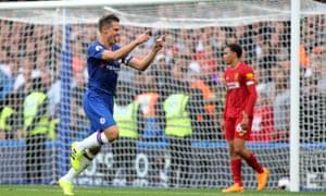 Cesar Azpilicueta ăn mừng ghi bàn nhưng hậu vệ của Chelsea đã bị từ chối bởi những cân nhắc của VAR.