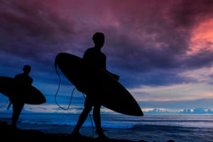 Tapaktuan, Indonesia: Surfers walk with their boards at sunset